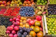 水果和蔬菜在箱子待售在意大利市场上 免版税库存照片