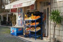 水果和蔬菜在街道上被卖 免版税库存图片