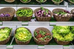 水果和蔬菜在超级市场架子 免版税库存照片
