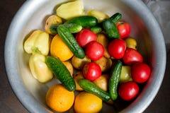 水果和蔬菜在金属片 免版税库存照片