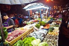 水果和蔬菜在Nightmarket在素坤逸路在曼谷,泰国 免版税库存图片