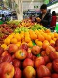 水果和蔬菜失去作用在地铁现金&运载超级市场 库存照片
