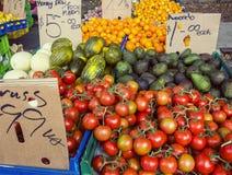 水果和蔬菜待售在一个开放农夫市场上 图库摄影