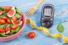 水果和蔬菜沙拉和glucometer与糖尿病的卷尺,概念,减肥和健康营养 免版税库存照片