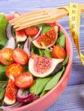 水果和蔬菜沙拉,与卷尺,减肥和营养概念的叉子 图库摄影