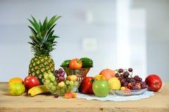 水果和蔬菜的分类在表上 免版税库存照片