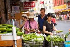 水果和蔬菜立场在唐人街 免版税库存照片