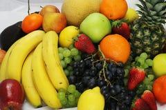 水果和蔬菜苹果隔绝了白色菠萝,草莓葡萄土豆红萝卜胡椒 免版税图库摄影