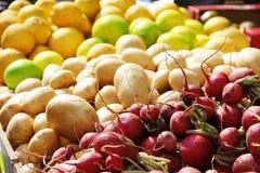 水果和蔬菜被显示在市场上 免版税库存照片