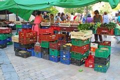 水果和蔬菜销售在Besalu街道在西班牙 免版税库存照片