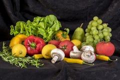 水果和蔬菜,黑背景的五颜六色的混合 免版税库存图片