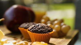 果子、乳酪和甜材料在桌、好客和福利,食物博克上 影视素材