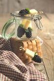 果子、乳酪和草本串 库存照片