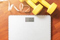 果子、哑铃和标度、肥胖烧伤和减重概念 免版税库存图片