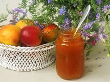 果子、花和果酱在桌上 免版税图库摄影