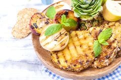 果子、语录和桃子在格栅,夏天午餐的 健康的食物 在白色背景的开胃菜 复制空间 图库摄影