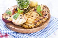 果子、语录和桃子在格栅,夏天午餐的 健康的食物 在白色背景的开胃菜 复制空间 库存图片