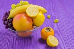 果子、香蕉、葡萄柚,柠檬,黑暗和白葡萄, Japane 库存照片