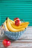 果子五颜六色的杨柳篮子 库存照片
