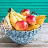 果子五颜六色的杨柳篮子 库存图片