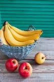 果子五颜六色的杨柳篮子 免版税库存照片