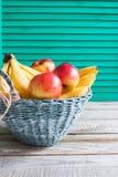 果子五颜六色的杨柳篮子 免版税库存图片