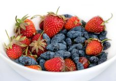 果子分类了盛肉盘用全部成熟开胃草莓,并且忍冬属植物隔绝了ob白色背景演播室射击关闭  免版税库存照片