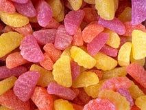 果子切片糖果背景在糖涂上了 免版税库存图片