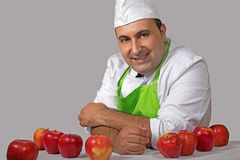 果子卖主用红色苹果 免版税库存图片