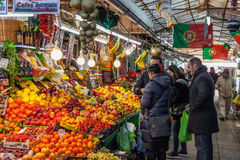 果子卖主和买家在历史Bolhao市场内部 库存照片