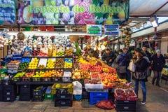 果子卖主和买家在历史Bolhao市场内部 免版税库存图片
