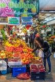 果子卖主和买家在历史Bolhao市场内部 库存图片