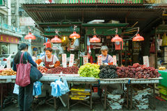 果子卖主在街市上,香港 免版税图库摄影