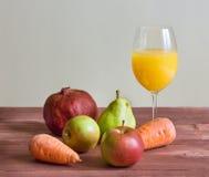 果子和一杯新鲜的汁液 库存图片