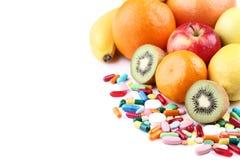 果子和五颜六色的药片 图库摄影