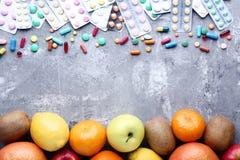果子和五颜六色的药片 免版税库存图片