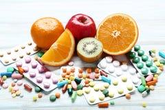 果子和五颜六色的药片 库存图片