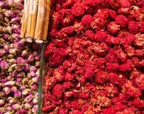 果子和开花在义卖市场用肉桂条 免版税图库摄影