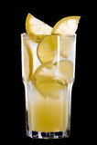 果子和柑橘夏天鸡尾酒在黑色 图库摄影