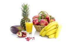 果子和水果的汁液在白色背景 免版税库存照片