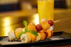 果子和油炸圈饼串 免版税库存照片