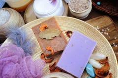 果子和淡紫色手工制造工匠肥皂 免版税库存图片