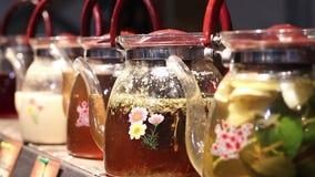 果子和清凉茶在咖啡馆,温暖的饮料品种服务给节日客人 股票录像