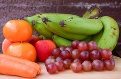 果子和红萝卜在秋天葡萄酒静物画 免版税库存照片