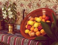 果子和花在一幅安达卢西亚的静物画 免版税库存图片