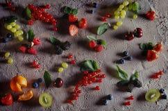 果子和莓果在冰淇凌背景 库存照片