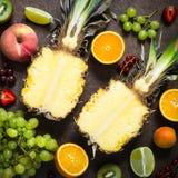 果子和莓果在黑暗的石桌 免版税库存图片