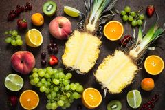果子和莓果在黑暗的石桌 库存照片