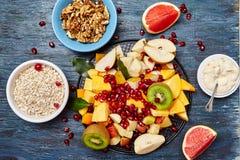 果子和莓果水果沙拉的 免版税库存照片