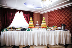 从果子和酒喷泉的装饰在r的桌设置 库存图片